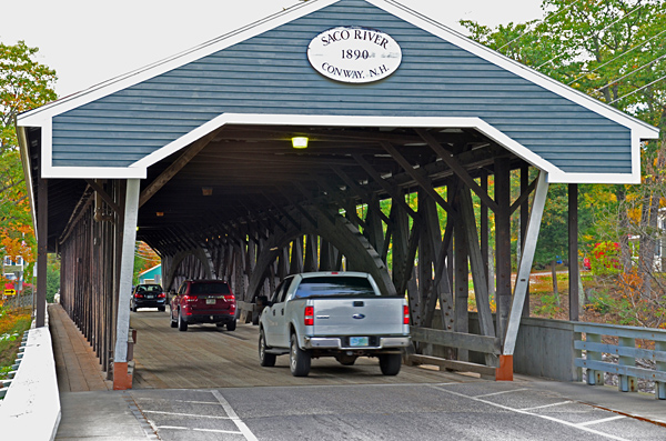 In Conway überqueren wir den Saco River auf einer historischen Covered Bridge.