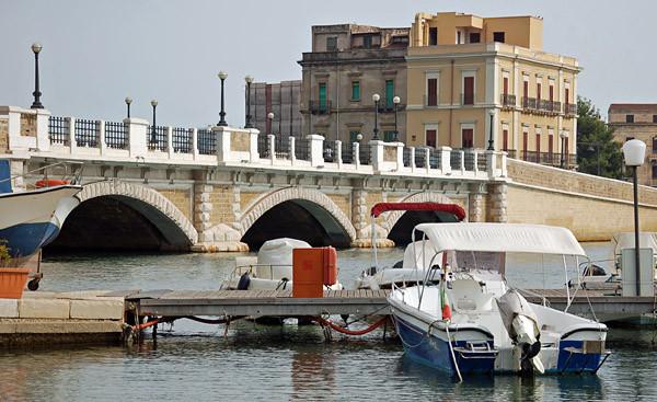 """Über die westliche Brücke """"Ponte di Porta Napoli"""" verlassen wir wieder die Altstadt-Insel."""