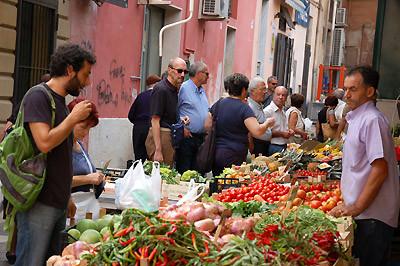 ... zurück aus der Altstadt schlendern wir über einen kleinen Markt in der Nähe des Hotels