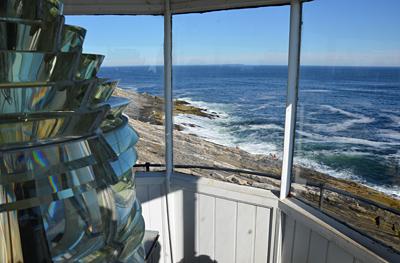 Blick aus der Leuchtturm-Kuppel über die Klippen ...