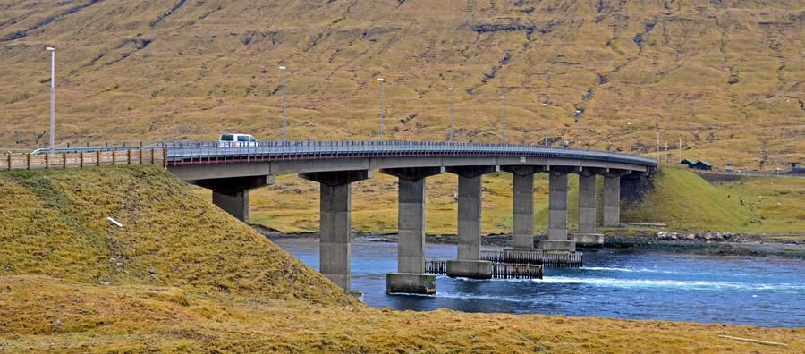 Diese Brücke verbindet die Inseln Streymoy und Eysturoy. Unter der Bücke ist immer ein sehr starker Gezeitenstrom.