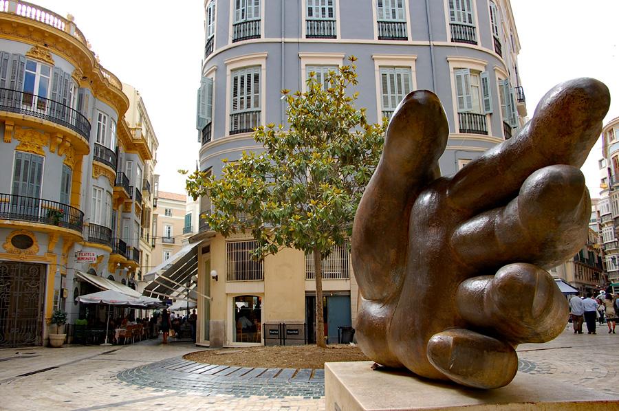 "Skulptur ""Paloma Quiromantica"" des Bildhauers José Seguiri im Zentrum der Stadt."