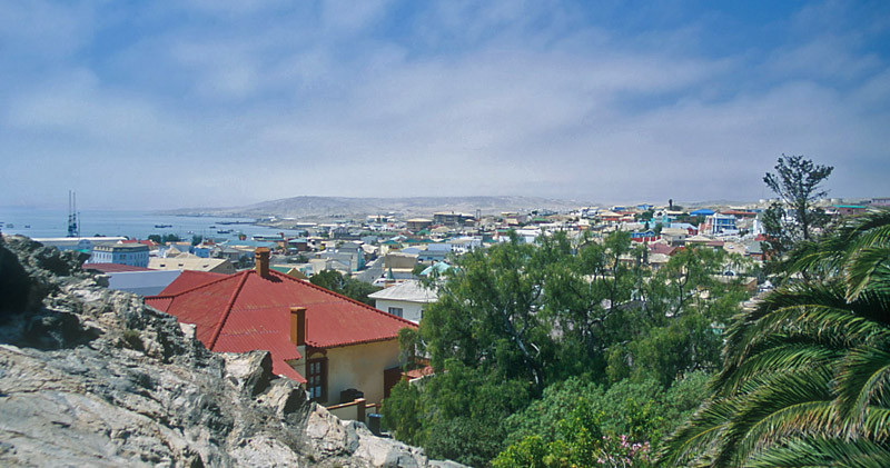 Blick von der Felsenkirche über Lüderitz. Nebel zieht vom Meer aufs Land.