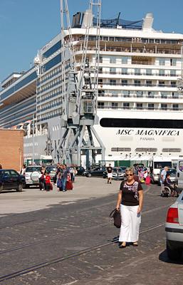 viele Kreuzfahrtschiffe machen im Hafen von Bari fest. Hier die MSC Magnifica.