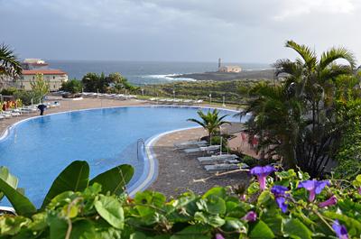 ... À-la-carte Restaurant, einen schönen Garten und Meerblick.