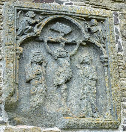 Relief an der Süd-Ost-Seite der Kirche.