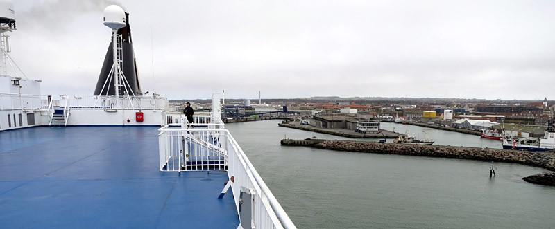 Leichter Nieselregen begleitet die Ausfahrt aus dem Hafen von Hirtshals.