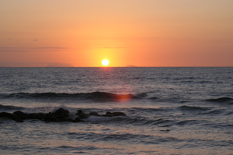 Noch einmal geniessen wir einen Sonnenuntergang am Strand unseres Hotels Baia del Sole, bevor wir am nächsten Morgen von Kalabrien Abschied nehmen.