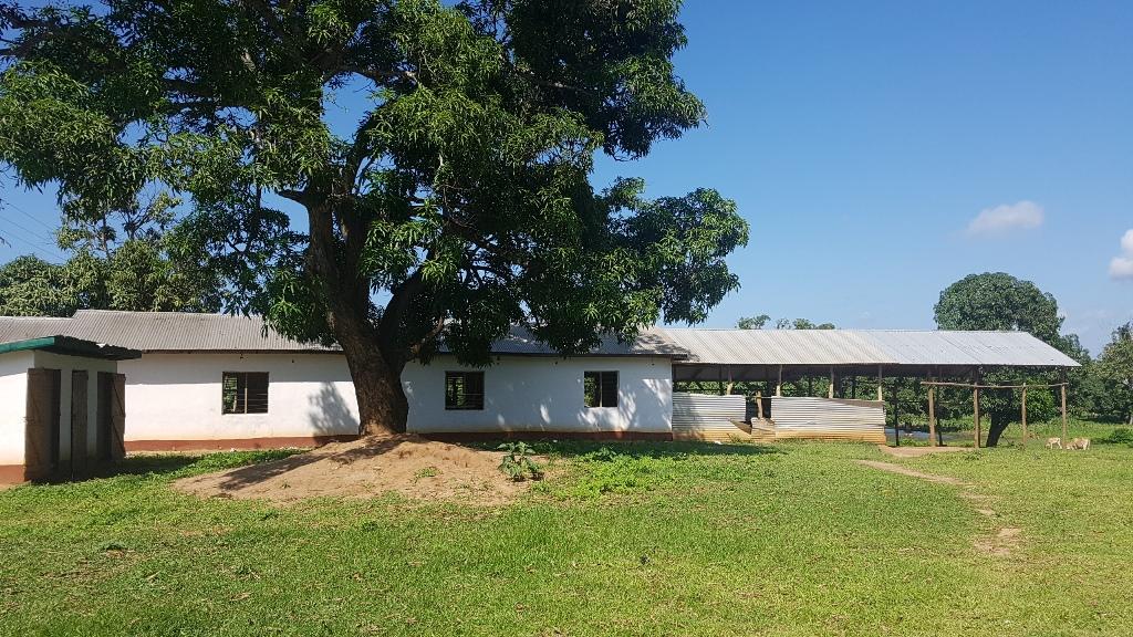 Miwani Schoolyard, das Schulhaus hat 5 Klassenzimmer, zwei davon ohne Aussenwände und eines ohne Fundament