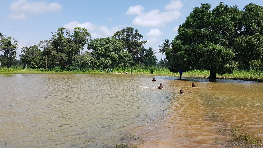 Der Süsswassersee (Regenwasser) kann unglücklicherweise nicht für die Schule genutzt werden da keine Installationen vorhanden sind