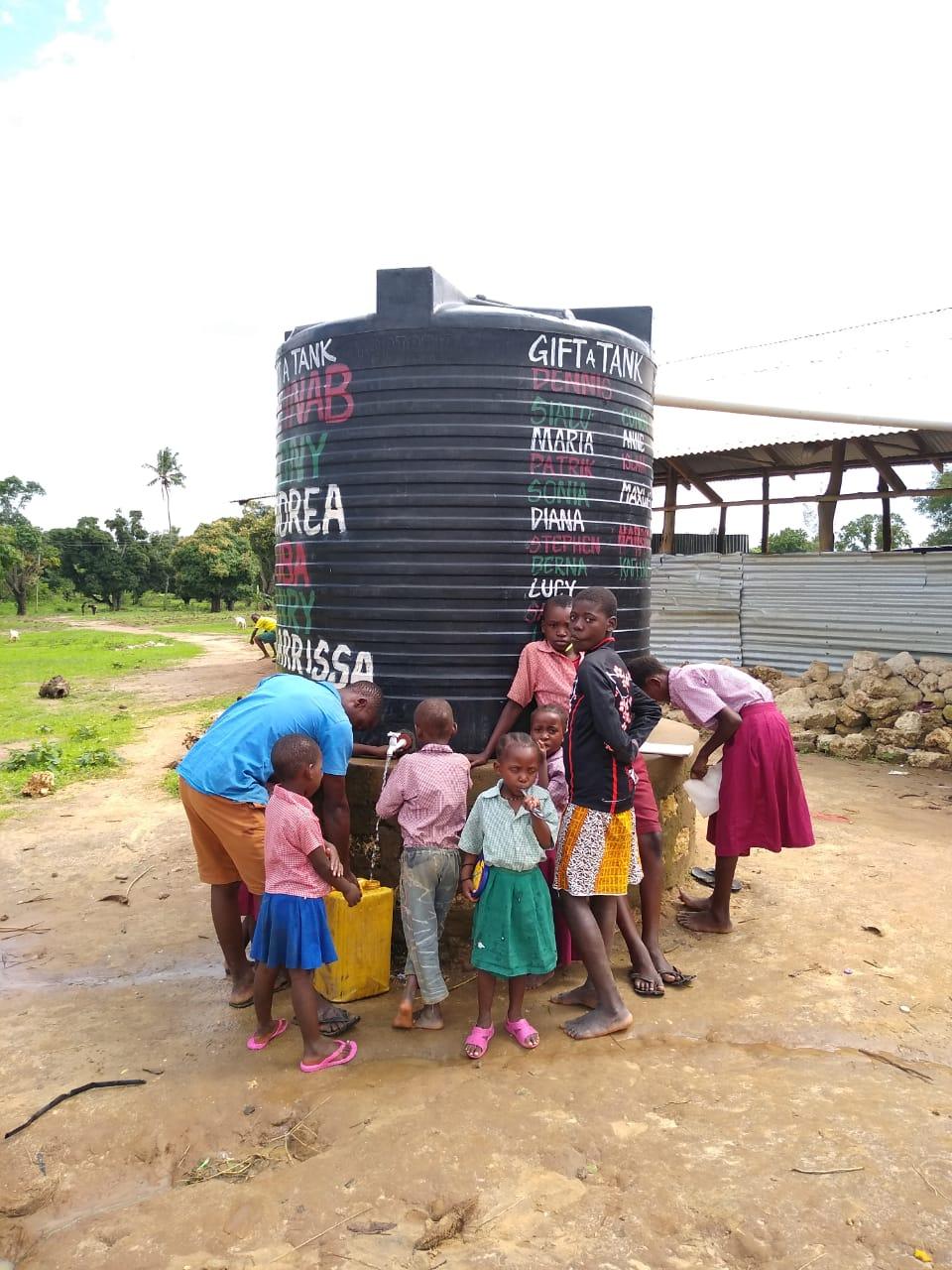 Die Verfügbarkeit von Wasser fördert nicht nur die Hygiene in der Schule, sondern auch das Zusammenleben