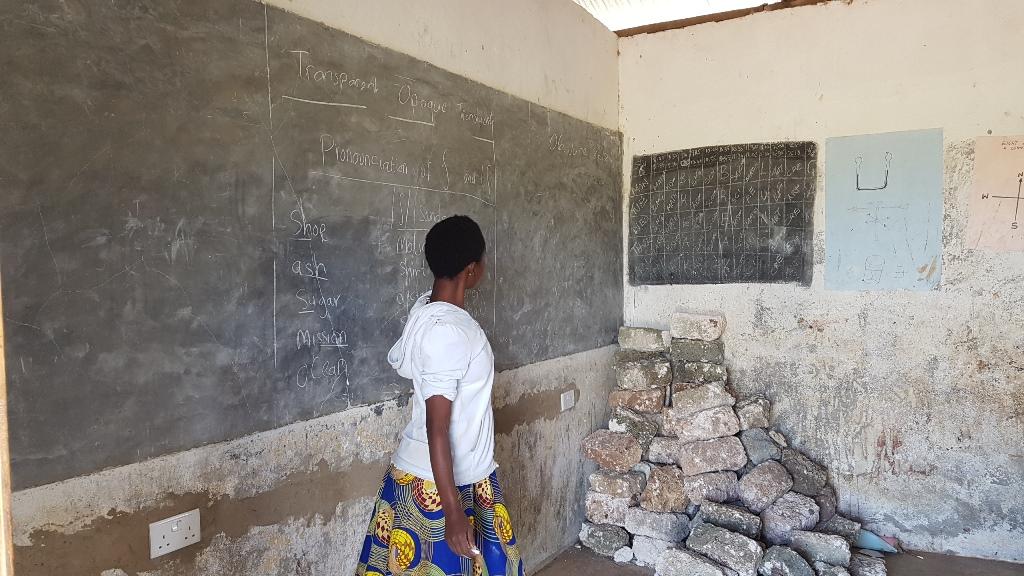 Die Wandtafel ist das wichtigste Instrument für die Lehrer. Dieses Klassenzimmer verfügt (als einziges) über elektrische Anbindungen