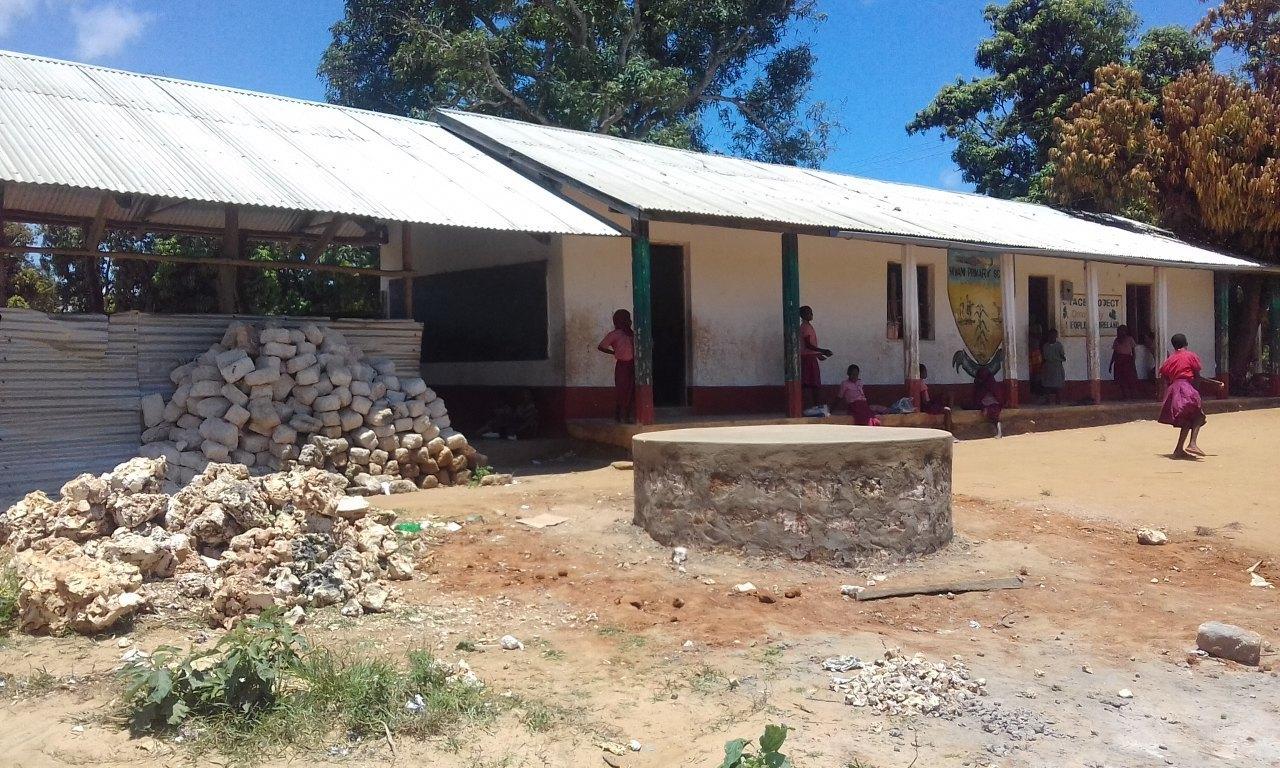 Das Schulgebäude verfügt nun über ein vollständiges Wasserleitsystem und ein solides Fundament für den Tank