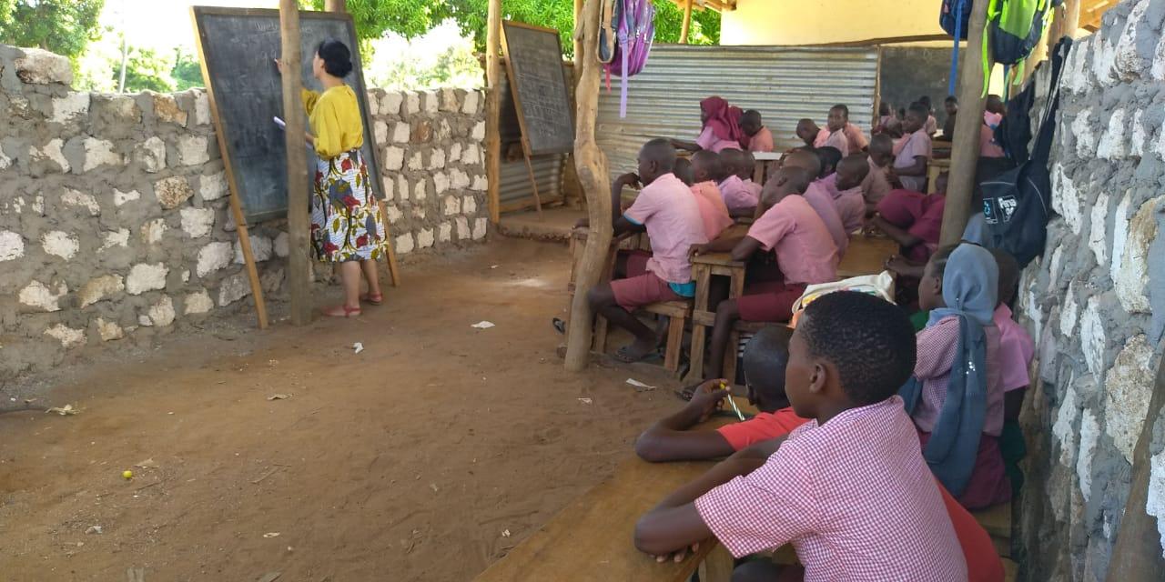 Mehrere Schulklassen teilen sich die improvisierten Schulzimmer
