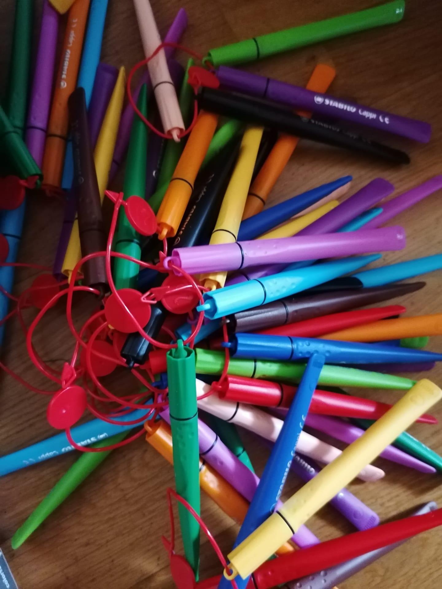 Schreibwaren zum neuen Schuljahr (Bild: waytoafrica.ch)