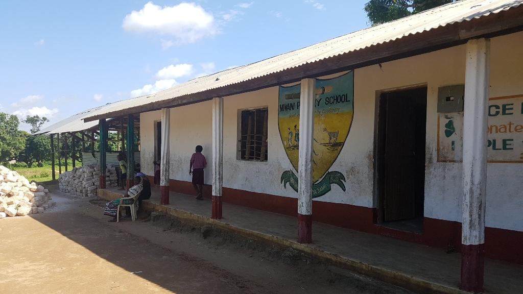 Das Lehrerzimmer ist ein Tisch vor dem Schulhaus. Die Ziegelsteine sind von der Kommune gespendet um die Schule zu erweitern