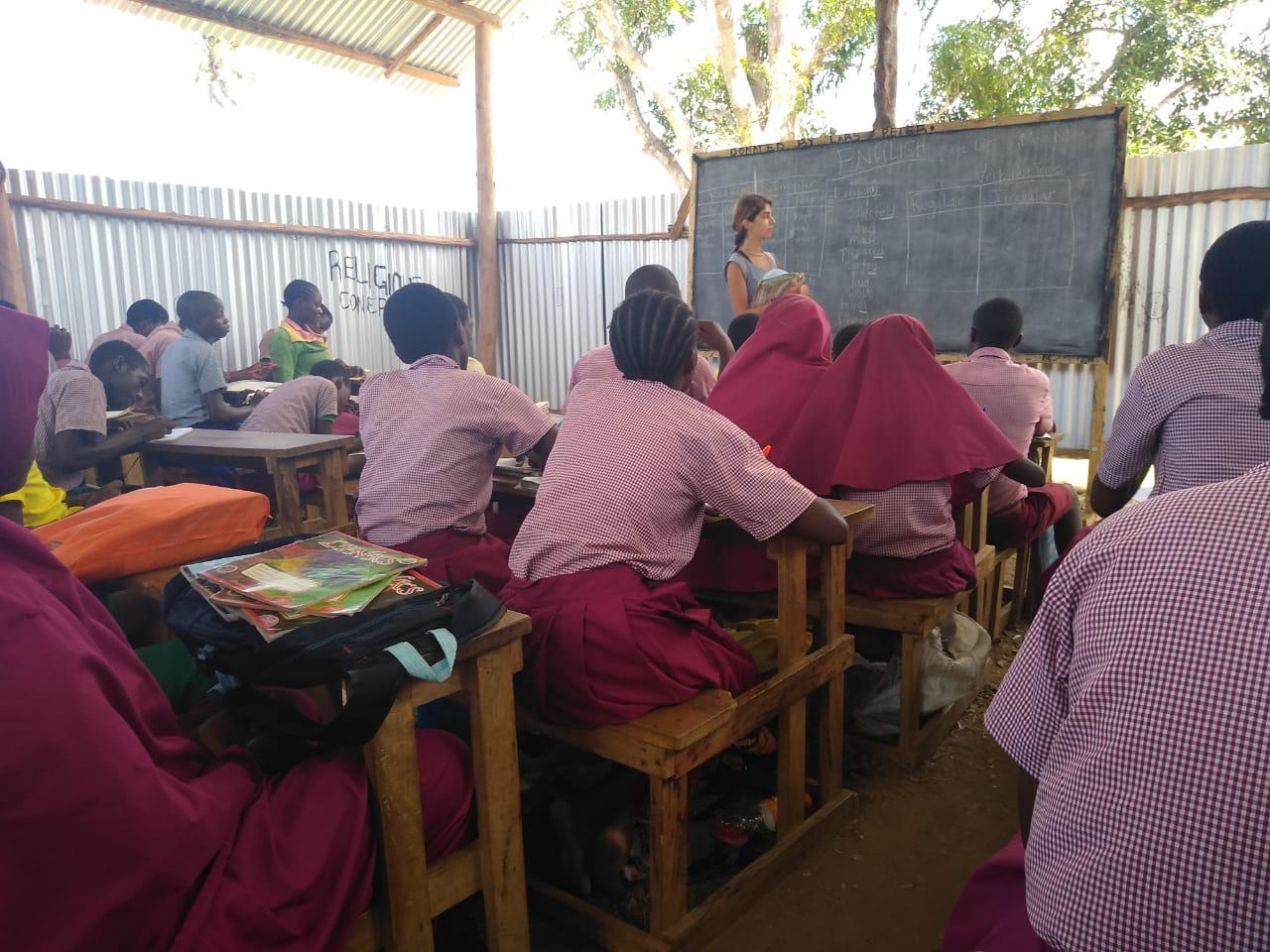 Englischunterricht mit einer Volontärin in den neuen Klassenräumen