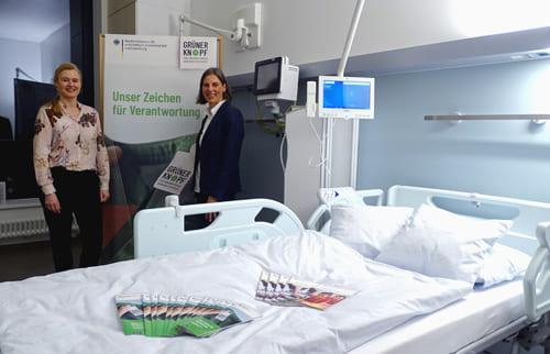 Präsentation der neuen Patientenzimmer mit Grüner Knopf zertifizierter Bettwäsche: Alexandra Milas von der Großwäscherei Sitex und Petra Nissen, Kaufmännische Geschäftsleiterin der Service Stern Nord GmbH
