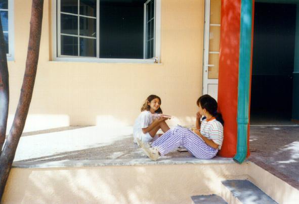 Lieu spontané créé par les enfants dans la cour de récréation réaménagée.