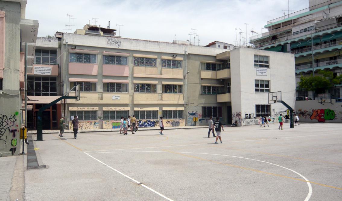 4/11 écoles écoles primaires de Sykies: La cour d'école avant le redesign.