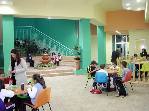 Après : le hall, pour activités de groupe et réunions et restaurant scolaire