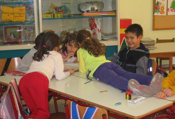 Le plaisir « d'être comme ça » dans l'espace, pendant le travail en équipe : les élèves prennent place pour mieux voir leur devoir à écrire.