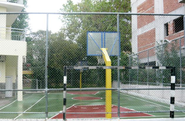 Avant : Cour scolaire e réaménagement. École primaire.