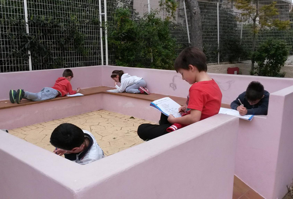 Architectural design and emergence of places in the open classroom.
