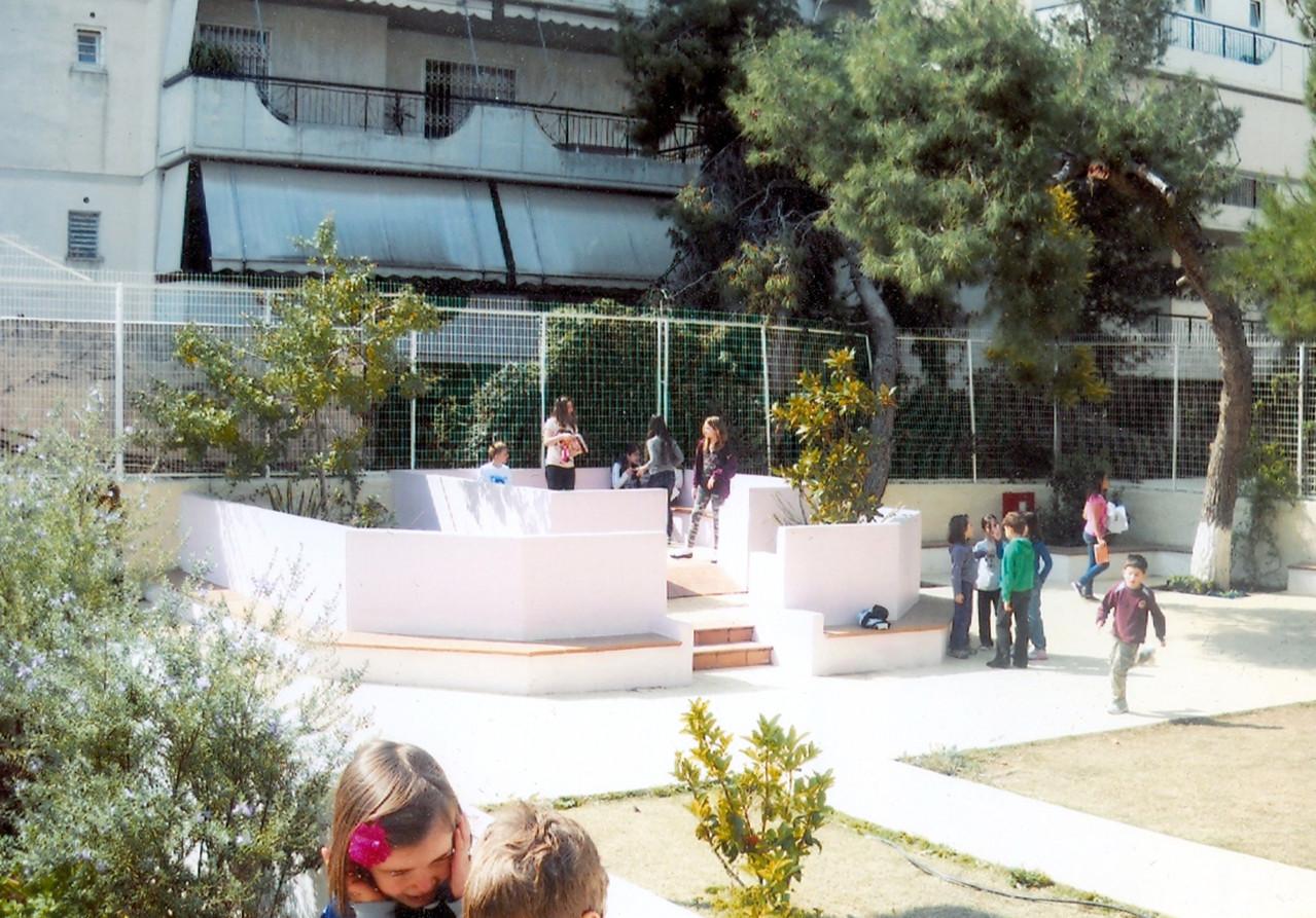 Dans la même cour, la salle de classe en plein air