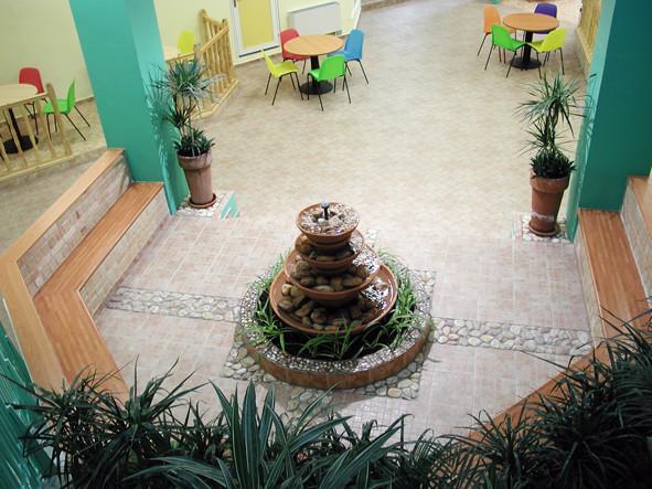 Après: dans le hall, la fontaine, espace pour petits groupes ou un groupe-classe