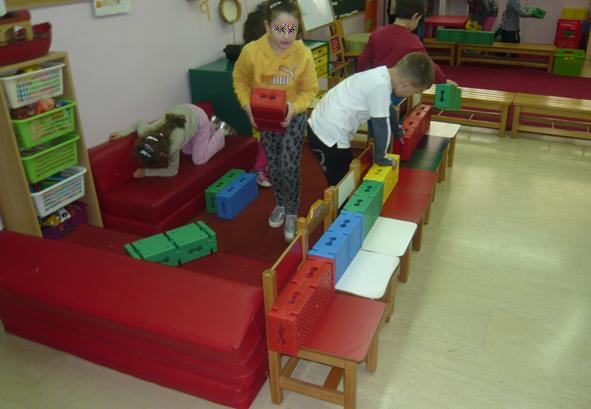 Création d'un lieu éducatif par les enfants pendant le cours.