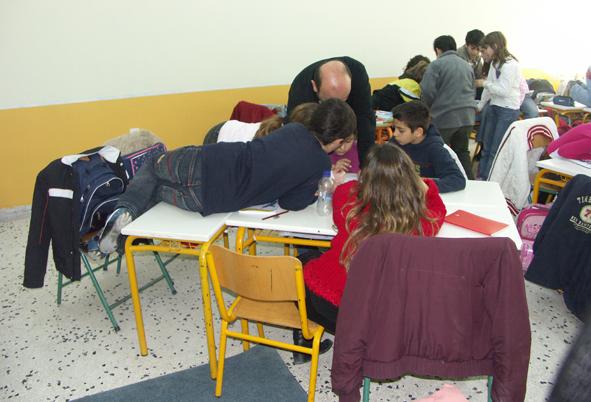 Ο δάσκαλος συντονίζει την εργασία σε ομάδες. Η ελευθερία στη σχέση με τον χώρο ευνοεί τη συμμετοχή στην ομάδα.