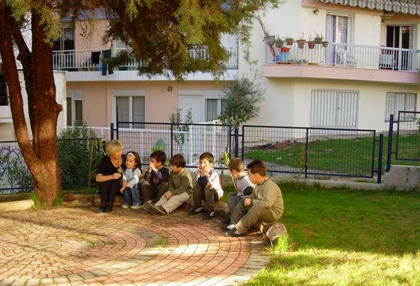 """Εργασία σε μικρή ομάδα στην υπαίθρια τάξη. Νηπιαγωγείο """"Μαναβή""""."""