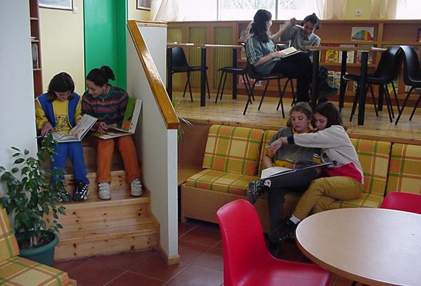 Lieux spontanés dans la classe : associer le travail scolaire avec la liberté d'utiliser l'espace.