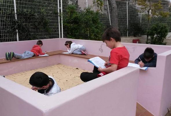 """Σχεδιασμός που ευνοεί την δημιουργία εκπαιδευτικών και αυθόρμητων τόπων. Υπαίθρια τάξη, """"Ευρωπαϊκό Πρότυπο""""."""