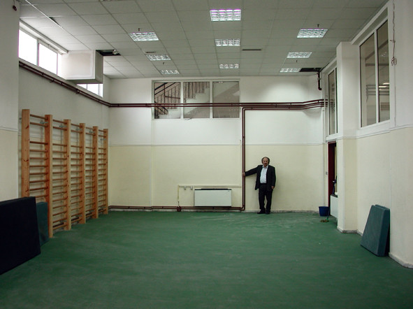Avant : la même pièce, salle de  réunions et de gym, un espace moche et dépersonnalisé