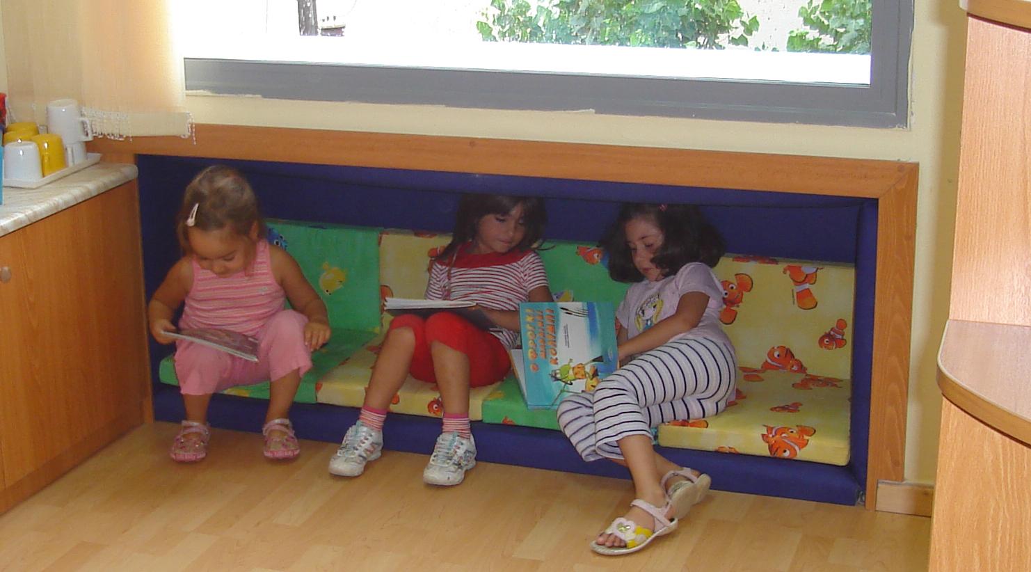 """Ecole maternelle du """"Centre de l'Enfant"""", après : activité spontanée dans le lieu éducatif que les enfants appellent """"la niche"""""""