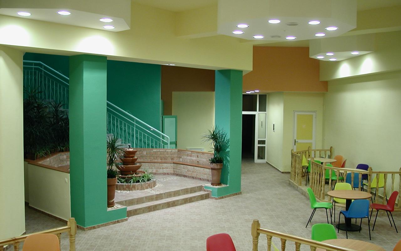 Στάθμη 1, μετά. Κεντρικό χολ: το συντριβάνι και τμήμα του εστιατορίου/ χώρου ομαδικών δραστηριοτήτων.