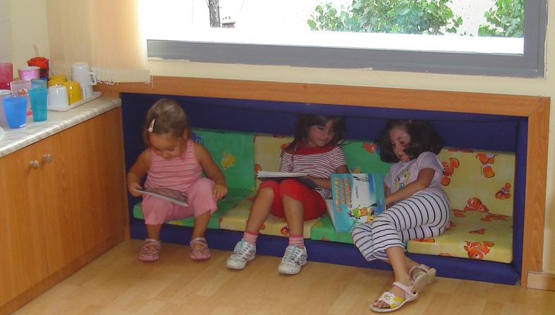 École maternelle de l'Université Aristote : lieu éducatif créé sous une fenêtre.