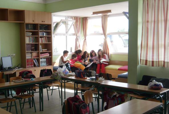 Σχεδιασμός που ευνοεί την δημιουργία εκπαιδευτικών και αυθόρμητων τόπων: περιοχή του καθιστικού. Δημοτικό Σχολείο Αντιμάχειας Κω.