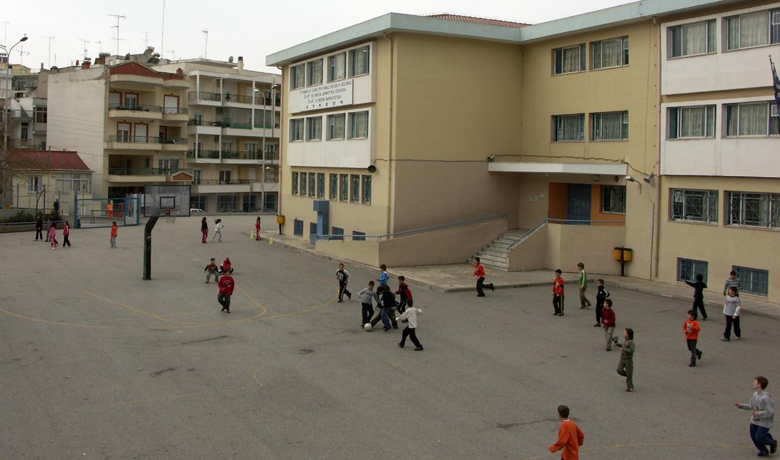 3ème / 6ème écoles primaires de Sykies: La cour d'école avant le redesign.