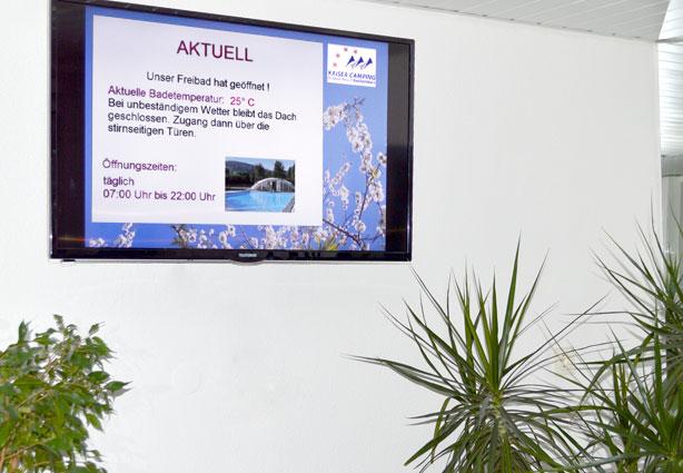 Infobildschirm im Waschhaus Campingplatz Kaiser Camping