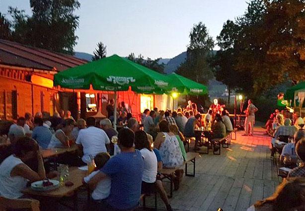 Bunter Abend im Biergarten der Kaiser-Alm im KAISER CAMPING