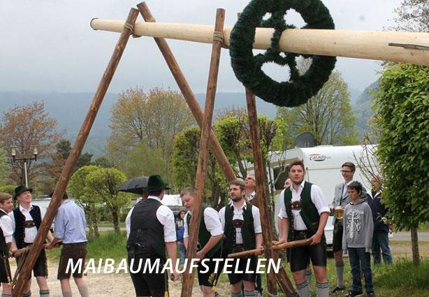 Maibaumaufstellen mit Musik und Tanz im KAISER CAMPING