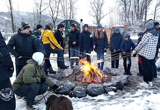 Winterliches Lagerfeuer in unserem KAISER CAMPING