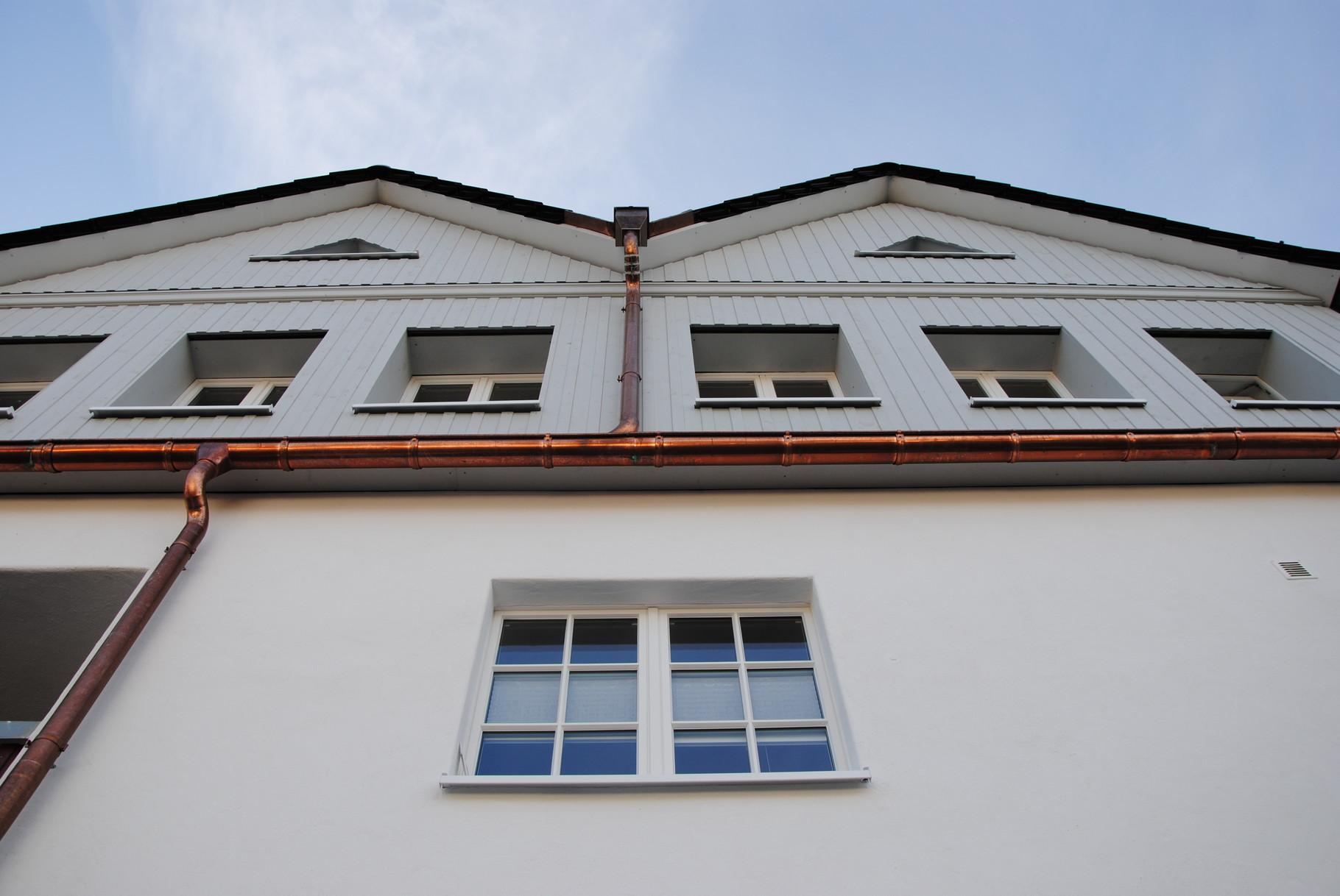 ... verkleide Teile der Fassade mit Holz ...