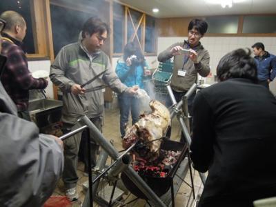 いのしし肉を豪快に調理!