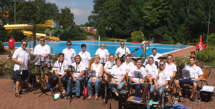 Der Musikverein spielt auf der Poolfete (2016)