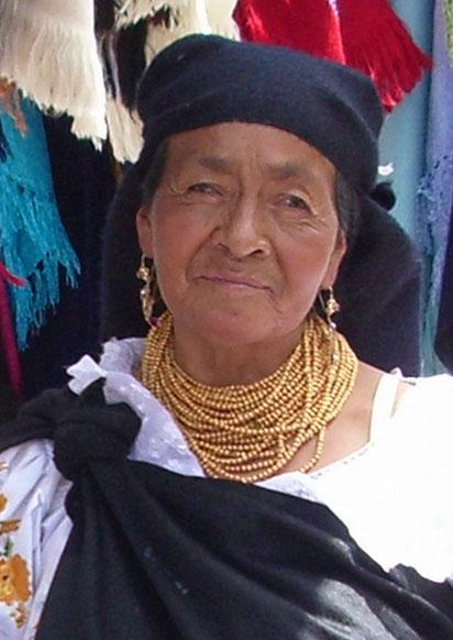 Eine Otavalo Indianerin auf dem Kunsthandwerksmarkt