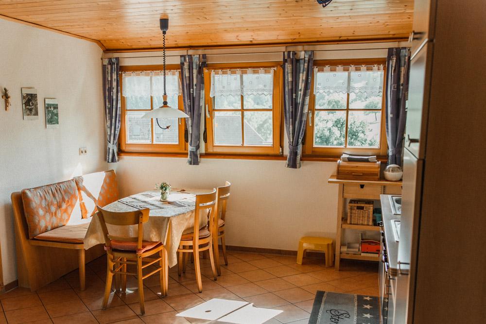 Gemütlich sitzen in der modernen Wohnküche im Landhausstil